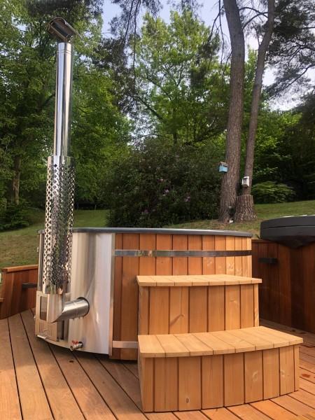 Badefass mit integriertem Edelstahlofen und Holztreppe aus Thermoholz