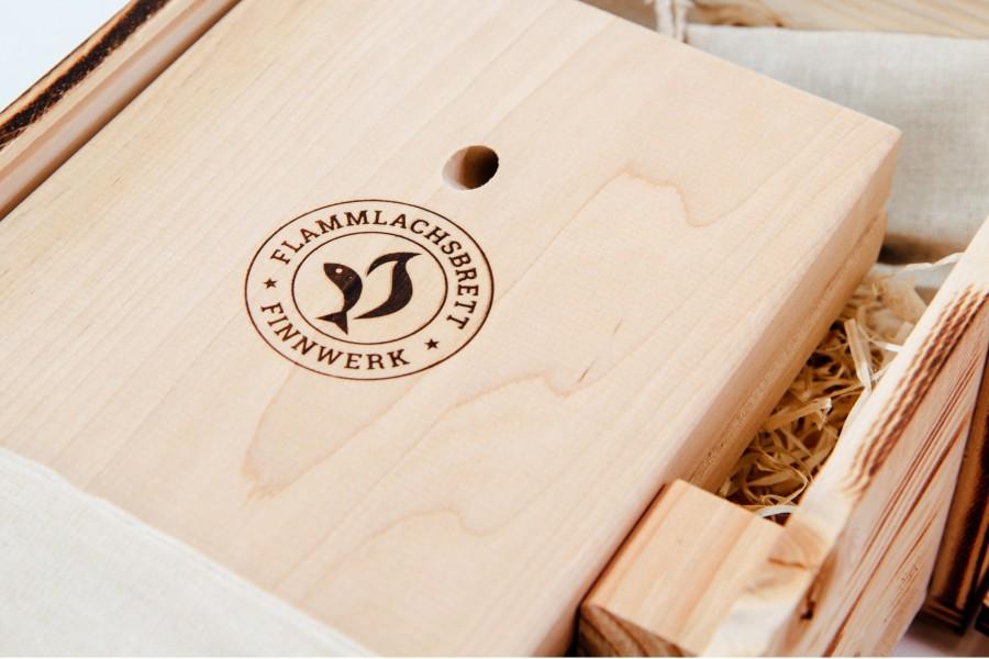 Die Flammlachs Marke Finnwerk stilvoll ins Holz der Bretter eingebrannt