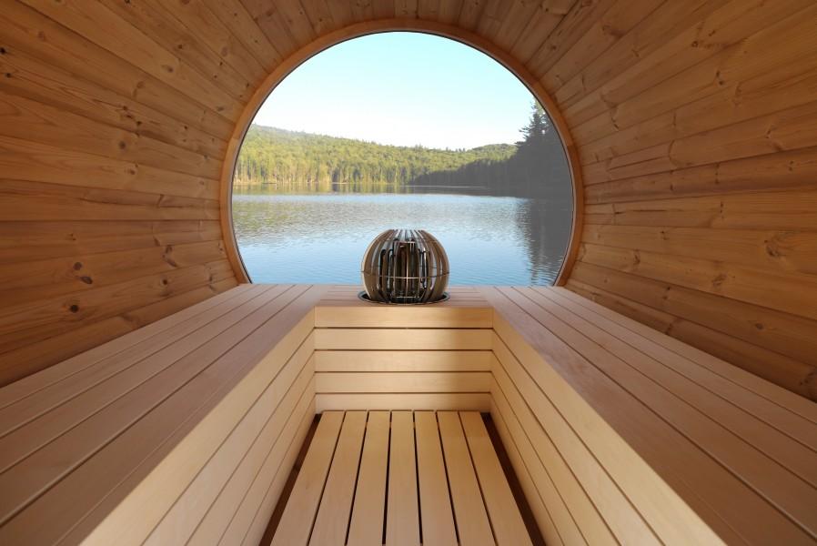 Fasssauna Deluxe im Saunaraum mit Aussicht aus dem Vollpanoramaglas