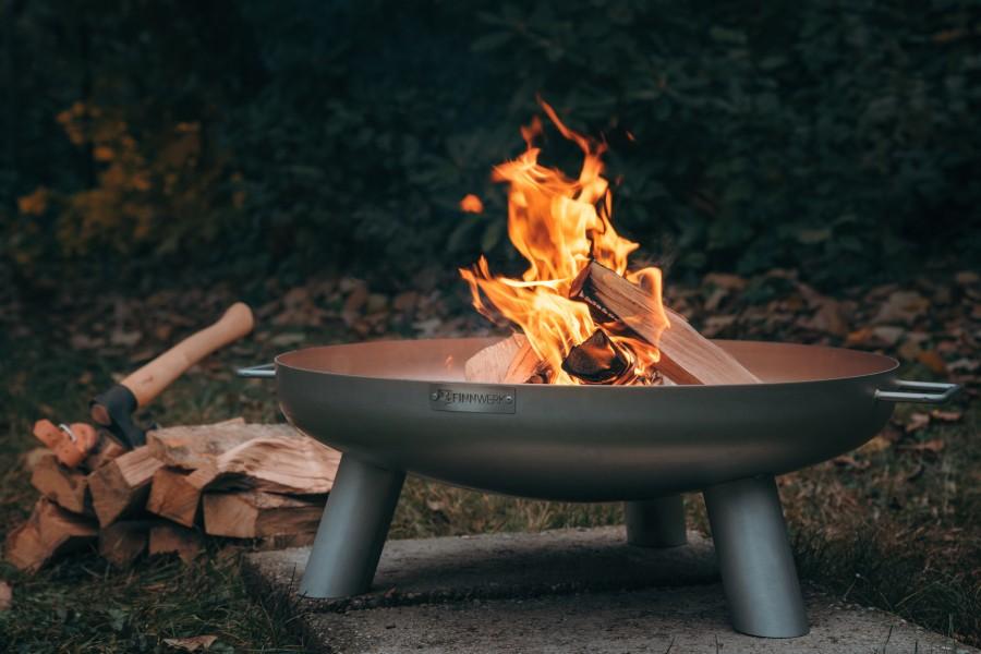 Feuerschale Edelstahl im Einsatz im Garten - mit Feuer