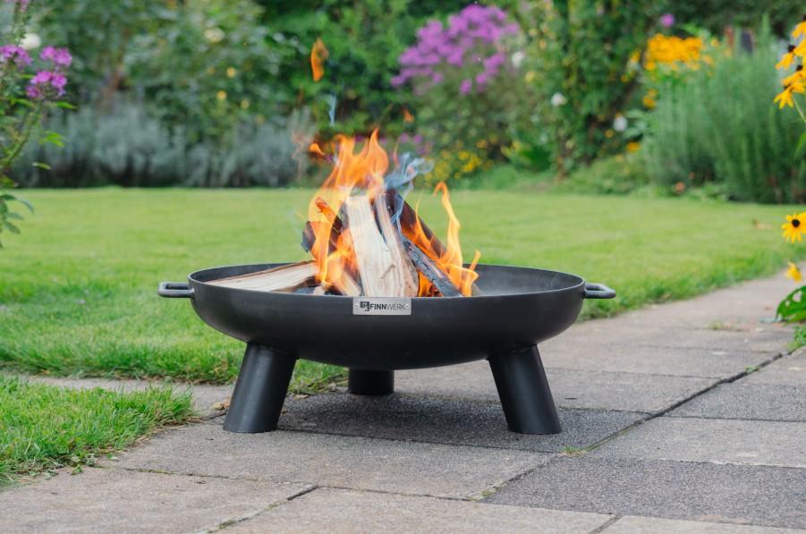 Feuerschale HARRI im Einsatz mit Feuer im Garten