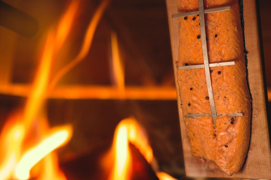 Flammachs zubereitung am Feuer Nahaufnahme