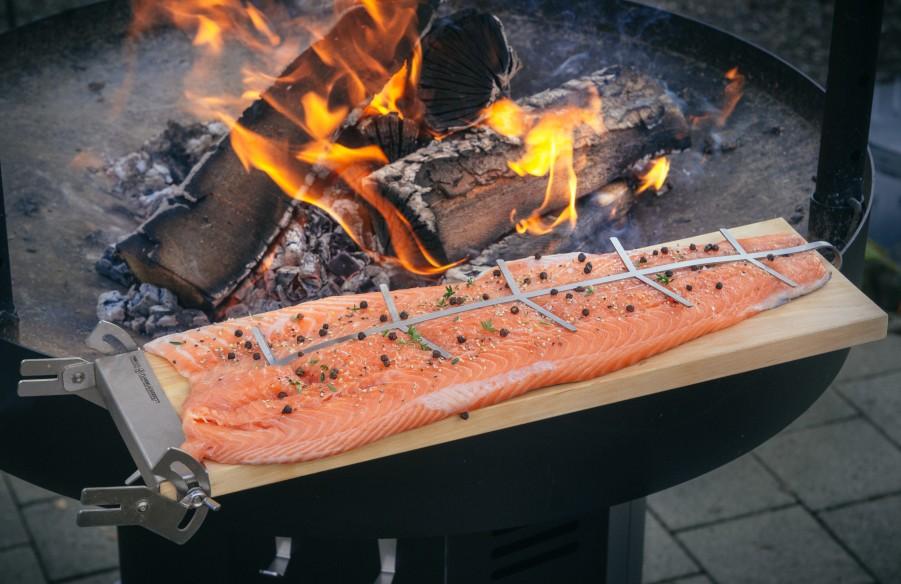 Flammlachs am Feuer vor zubereitung