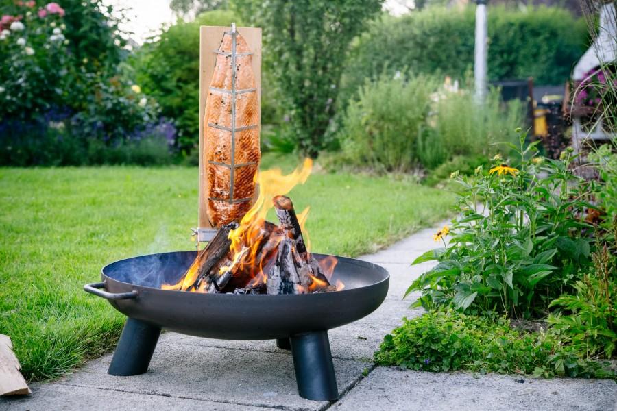Flammlachs vom Lachsflammbrett am Feuer zubereitet an Feuerschale