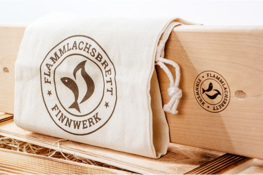 Flammlachsbrett Ersatzbrett, dazu der schicke Baumwollbeutel mit Logoprint