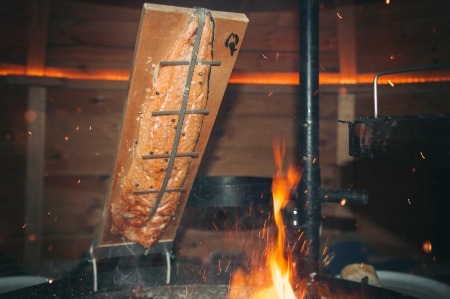Flammlachsbrett von Muurikka bei der Zubereitung in einer finnischen Kota