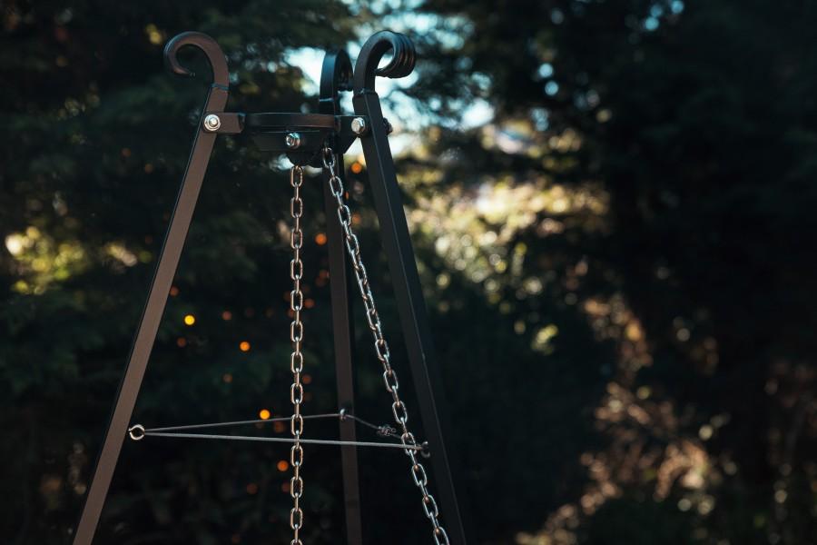 Grill Dreibein Umlenkrolle im Garten