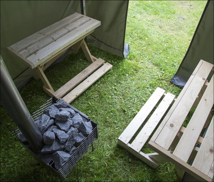 Innenansicht der Hiisi Zeltsauna mit Zeltofen und zwei Saunabänken