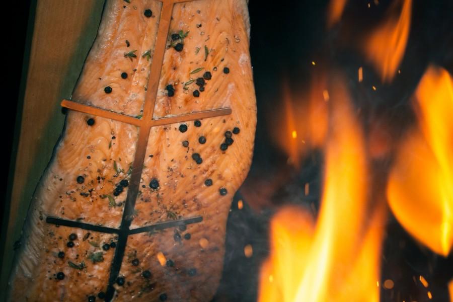 Lachsfilet Flammlchs am Lachsbrett beim knisternden Feuer