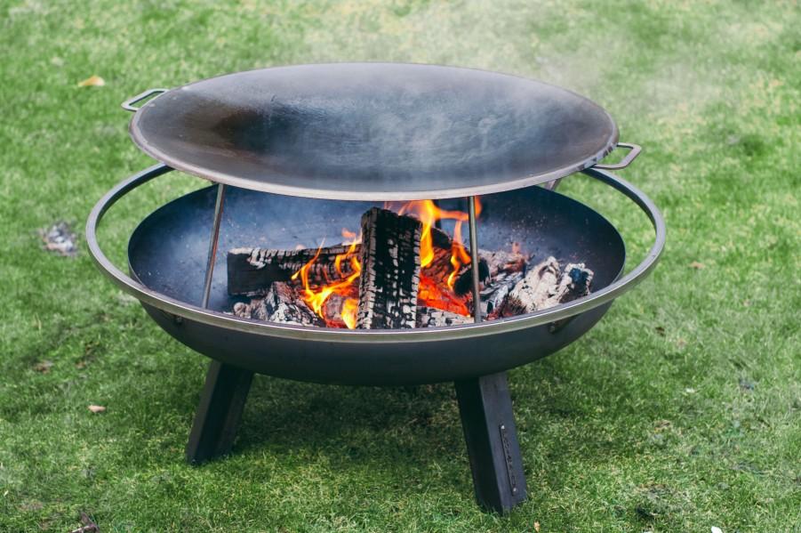 Muurikka 78 mit Beinen beim Einbrennen, der Gigant unter den Stahlpfannen für offenes Feuer