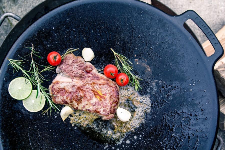 Muurikka Grillplatte mit saftigem Steak - perfekt zum scharfen Braten