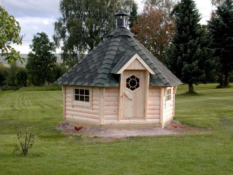 Naturbelassene Grillkota 9 m² auf einer grünen Wiese