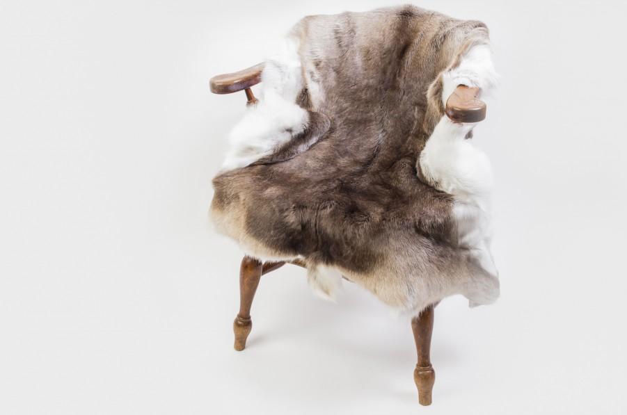 Rentierfell auf Stuhl