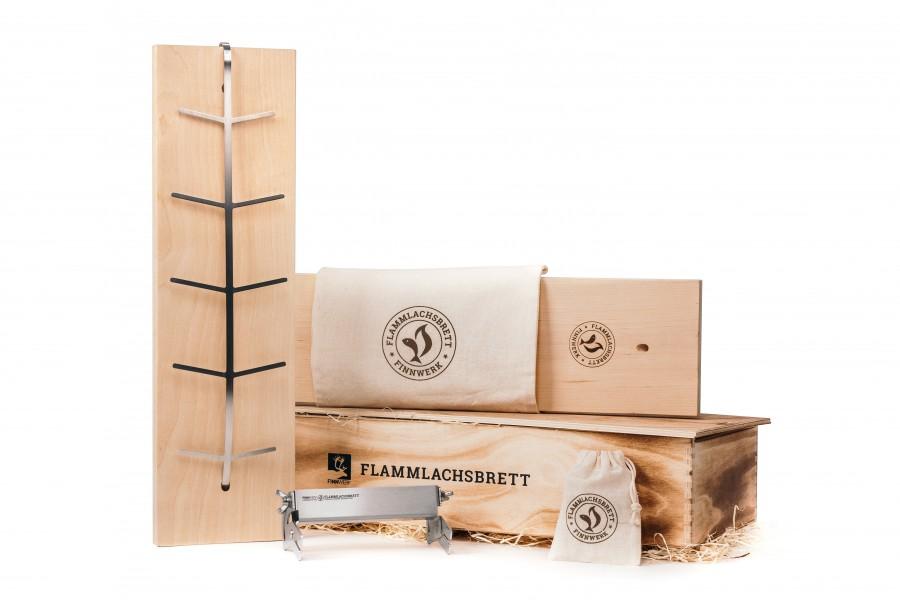 Rustikales Geschenkset Flammlachsbrett mit Ersatzbrett in neuer Auflage - Holzbox und zwei Baumwollbeuteln von Finnwerk