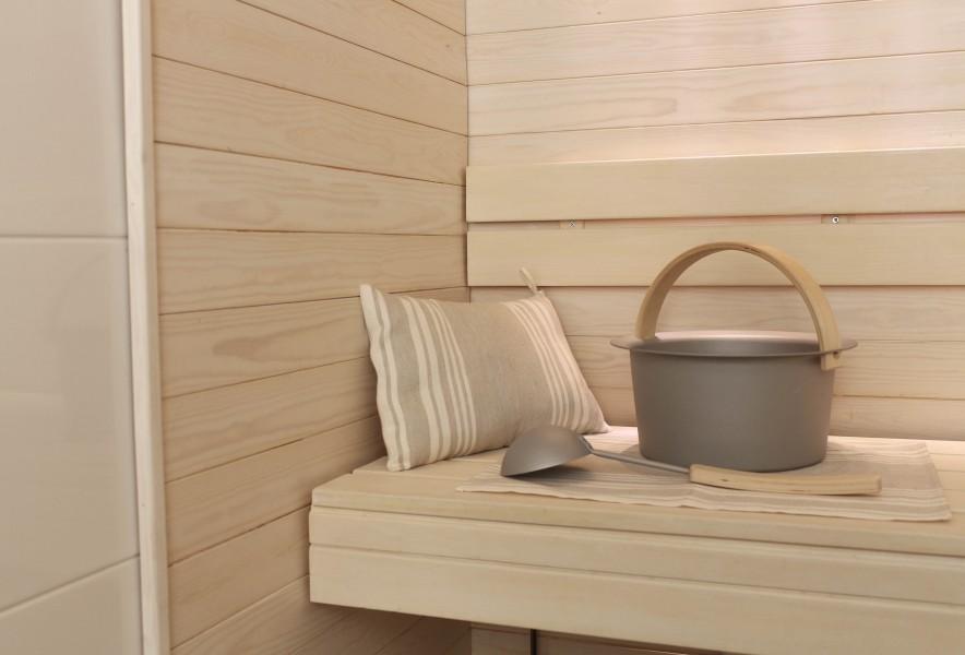 Schöpfkellle im Saunabereich mit Saunaeimer, Saunakissen und Sauna-Bankunterlage