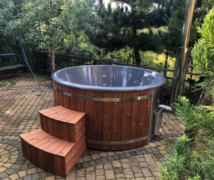 Seitenansicht des Badezubers 180 Comfort mit Holztreppe Typ2 und integriertem Ofen