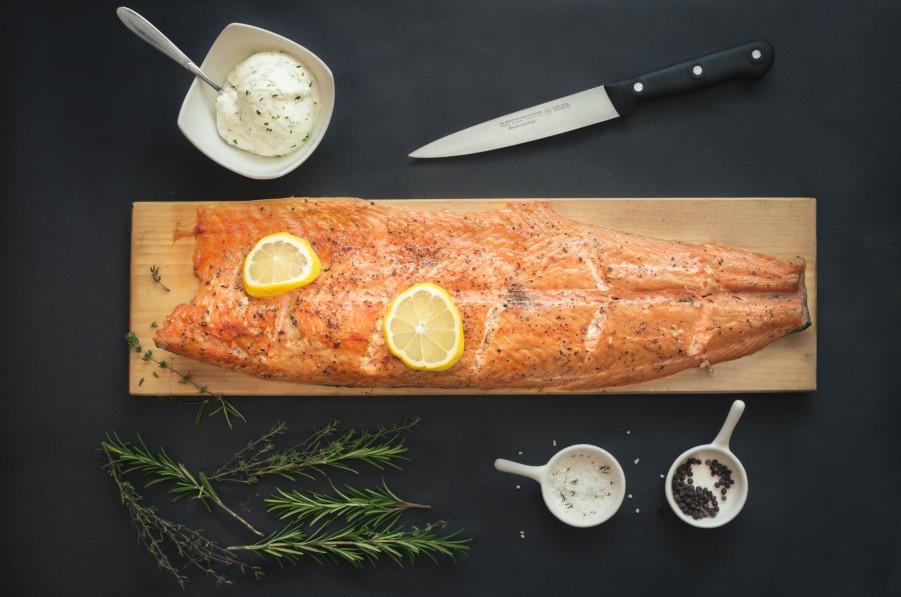 Servieren vom Brett - Flammlachs mit Zutrone, Salz, Pfeffer und etwas Rosmarin