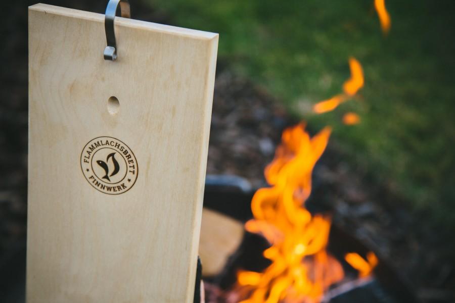 Zubereitung von Flammlachs - Flammlachsbrett am Feuer - Finnwerk Marke
