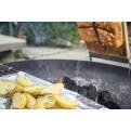 Flammlachs am Feuer mit Kartoffeln