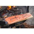 Flammlachs auf Lachsbrett vor der Zubereitung auf dem Tundragrill