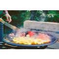 Gemüsepfanne über dem Feuer zubereitet in einer Muurikka Pfanne