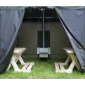 Holz-Sitzbänke aufgebaut in der Hiisi Zeltsauna Savotta