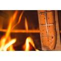 Muurikka Flammlachs-Zubereitung an der Flamme des Feuers