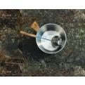 Schöpfkelle aus rostfreiem Stahl und Griff aus Buche im Saunaeimer in der Natur