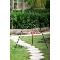 Schwenkgrill Dreibein im Garten