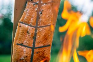 Nahaufnahme vom Feuerlachs am Feuer