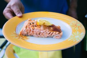 Feuerlachs Portion auf einem Teller serviert