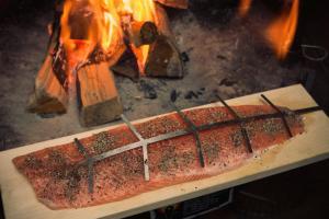 Anbringen von Lachs durch Grete