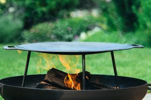 Muurikka 48 auf der Flamme der Feuerschale