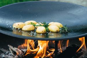 Feuer, Kartoffeln und Pfanne - Muurikka