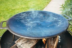 Nahaufnahme der Muurikka 48 cm Grillplatte während dem Einbrennen
